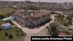 Дом, владельцем которого, по данным Kaktus.media, является депутат парламента Камчыбек Жолдошбаев.
