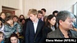 Ученики Юрия Пака и их родители пришли его поддержать в суде. Караганда, 3 октября 2016 года.