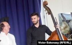 Clarinetistul Michel Lethiec, directorul festivalului Casals de la Prades și contrabasistul Adrian Muntenaș