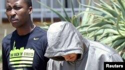 Полиция эскортирует бегуна-паралимпийца Оскара Писториуса в участок. Претория, 14 февраля 2013 года.