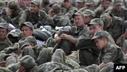 У троих солдат расположенной в Кронштадте воинской части старослужащие постоянно вымогали деньги, требуя пополнять счета своих мобильных телефонов
