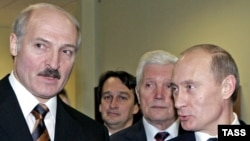 Belarusian President Alyaksandr Lukashenka (left) is expected to discuss economic aid with his Russian counterpart, Vladimir Putin. (file photo)