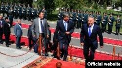 Казак президенти Назарбаевди Кыргызстандын жетекчиси Атамбаев тосуп алууда. Бишкек, 22-август, 2012.