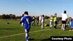 Члены молодежной лиги клуба «Челси» на футбольном поле.