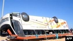 Хургада шөлінде аударылып қалған туристік автобус. Египет, 31 қаңтар, 2006 жыл.