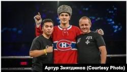 Artur Ziyatdinov (ortada)