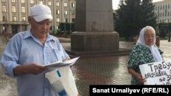 Пенсионеры Искак и Баян Азбергеновы на акции протеста. Уральск, 7 августа 2018 года.