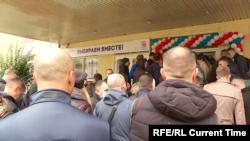 Aduși la vot - alegeri la Moscova, coadă la un centru de votare încă din prima zi a alegerilor pentru Duma de stat, Moscova, 17 septembrie 2021.