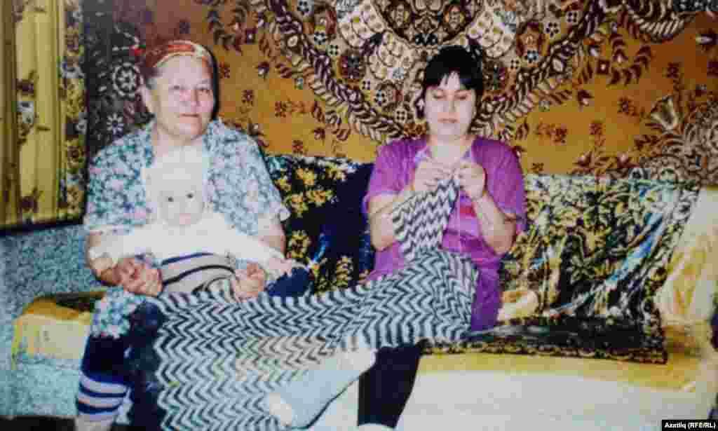 Фәрдәнә Шәфикова кызы Рита һәм оныгы белән