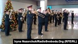 Виступ військових музикантів в аеропорту Одеси, 21 січня 2018 року