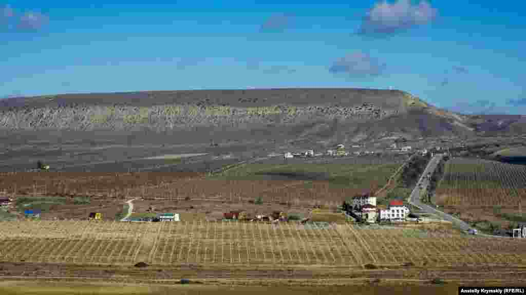 «Крилатий», майже семикілометровий, хребет Усун-Сирт (гора Клементьєва) з Егер-Оба постає у всій природній красі. Раніше тут займалися дельтапланеристи, але з минулого року вони не літають – на хребті почали прокладати дорогу