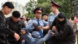 Билік тыйым салған ҚДТ қозғалысы шеру өтетін жер ретінде атаған Астана алаңында азаматтарды полиция ұстап жатыр. Алматы, 9 маусым 2019 жыл.