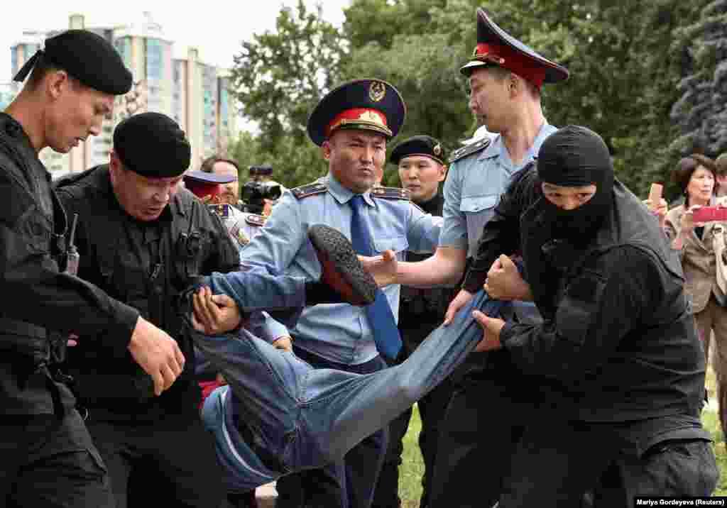 """Люди, пришедшие на площадь """"Астана"""", выкрикивали лозунги """"Бойкот!"""" и """"Позор!"""". По разным оценкам, там собрались сотни человек. Эта акция вылилась в задержания. Алматы, 9 июня 2019 года."""