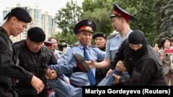 Алматыда полиция сайлауға қарсы шыққандарды қалай ұстады?