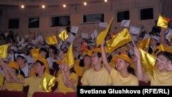 Учащиеся на мероприятии, приуроченном ко Дню первого президента. Астана, 20 ноября 2012 года. Иллюстративное фото.