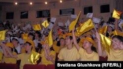"""Астаналық студенттер мен оқушылар """"Тұңғыш президент күні"""" мейрамын тойлау шарасында. Көрнекі сурет."""