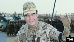 Prezident Gurbanguly Berdimuhamedow harby ussatlygyny görkezýär. Arhiw suraty