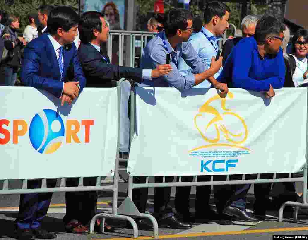 Аким Алматы Бауыржан Байбек (слева) среди болельщиков на велогонке «Тур Алматы».