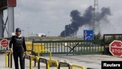 معبر جابر الحدودي الاردني مع سوريا ويشاهد الدخان يتصاعد من الجانب السوري، 2 نيسان 2015