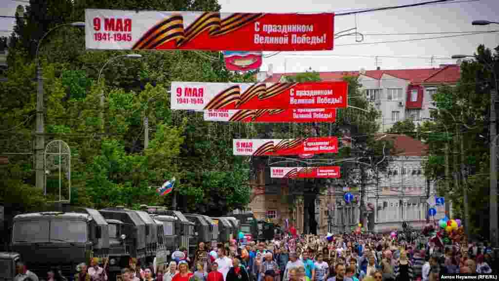 Подивитися парад традиційно прийшло багато людей