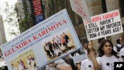 """Nýu-Ýorkuň """"Kipriani"""" merkeziniň öňünde protestçiler Gülnara Karimowanyň moda sergisiniň geçirilmegine protest bildirýärler. Nýu-Ýork. 15-nji sentýabr, 2011."""