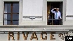 Secretarul de stat american John Kerry la fereastra camerei sale din hotelul Beau-Rivage Palace, în pauza intervenită în negocieri, Lausanne, Elveţia, 1 aprilie 2015