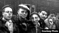 Узници Аушвица. Самуэль Стейнман - крайний слева.