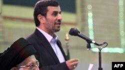 محمود احمدی نژاد (ایستاده)، ریس جمهور ایران و آیت الله علی خامنه ای، رهبر جمهوری اسلامی.