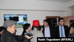 Председатель Алмалинского районного суда Куаныш Арипов (крайний справа) говорит с журналистами и наблюдателями за судом по делу Серикжана Мамбеталина и Ермека Нарымбаева. Алматы, 6 января 2016 года.