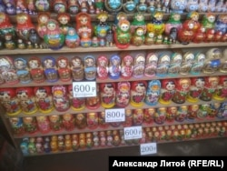 На Вернисаже продаются и обычные матрешки
