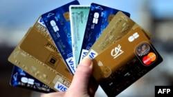 Всего в мире выпущено более 8 млрд кредитных и дебетовых карт - при общей численности населения Земли примерно в 7 млрд человек