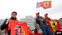 Simpatizuesit e automobilistit Schumacher para spitalit universitar në Grenobël të Francës