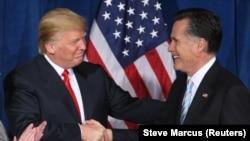 Архивное фото: бизнесмен Дональд Трамп приветствует кандидата на пост президента США от республиканцев Митта Ромни, 2012 год