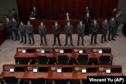 Күзетшілер Пекинге бүйрегі бұратын депутат Чан Кин Порды күзетіп тұр. 18 мамыр 2020 жыл.