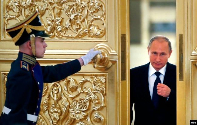 Почесна варта відкриває двері для президента Росії Володимира Путіна у Кремлі