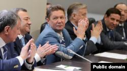 Русия хоккеен кайгыртучыларның берсе Мортаза Рәхимов (уңда)