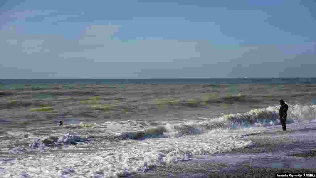Лише Герман із севастопольського клубу «Морські котики» – єдиний з усіх учасників зльоту наважився на повноцінний заплив у відкритому морі