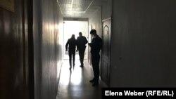 Осуждённого за торговлю наркотиками мужчину выводят из зала суда. Караганда, 30 сентября 2019 года.