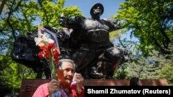 Люди у памятника в парке 28 гвардейцев-панфиловцев в Алматы. 9 мая 2018 года.