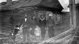 Спецпереселенцы у своего дома. Село Тундрино, Сургутский район