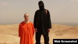İslam Dövləti adından avqustun 19-da yayılmış videodan görüntü. Videoda yaraqlılar iddia edirlər ki, ABŞ jurnalisti James Foley-in başını kəsirlər.