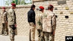 გერმანიის თავდაცვის მინისტრი, კარლ-თეოდორ ცუ გუტენბერგი პატივს მიაგებს ბუნდესვერის ავღანეთში დაცემულ ჯარისკაცებს. ავღანეთი, 2010 წლის აპრილი.