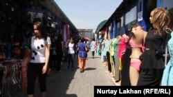 Торговый ряд на рынке в Алматы. Август 2015 года.