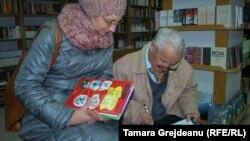 Scriitorul Vladimir Beşleagă dând un autograf