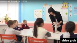 Марина Андреева на телеуроке показвает детям фокус Панулми