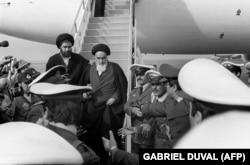 Рухолла Хомейни во время прибытия в Тегеран из Парижа, 1 февраля 1979 года.