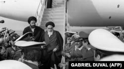 აიათოლა რუჰოლა ხომეინი ჩადის თეირანში 1979 წლის 1 თებერვალს. მასთან ერთად თვითმფრინავით დაახლოებით 120-მა ჟურნალისტმა იმგზავრა. აშშ-ის მხარდაჭერილ შაჰს ირანი უკვე დატოვებული ჰქონდა, თუმცა ისლამური რევოლუციის რეალურ დასაწყისად, ხშირად, ხომეინის დაბრუნებას მიიჩნევენ.