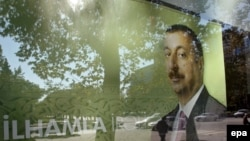 По словам Алиева, в Азербайджане нет политических заключенных, в то время как четыре месяца назад был арестован Ильгар Мамедов, только за то, что может представлять потенциальную угрозу власти на предстоящих выборах