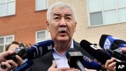 Амиржан Косанов у избирательного участка дает интервью СМИ. Нур-Султан, 9 июня 2019 года.