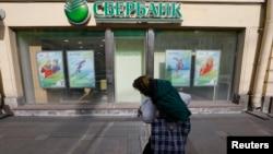 У витрины главного банка России. Иллюстративное фото.